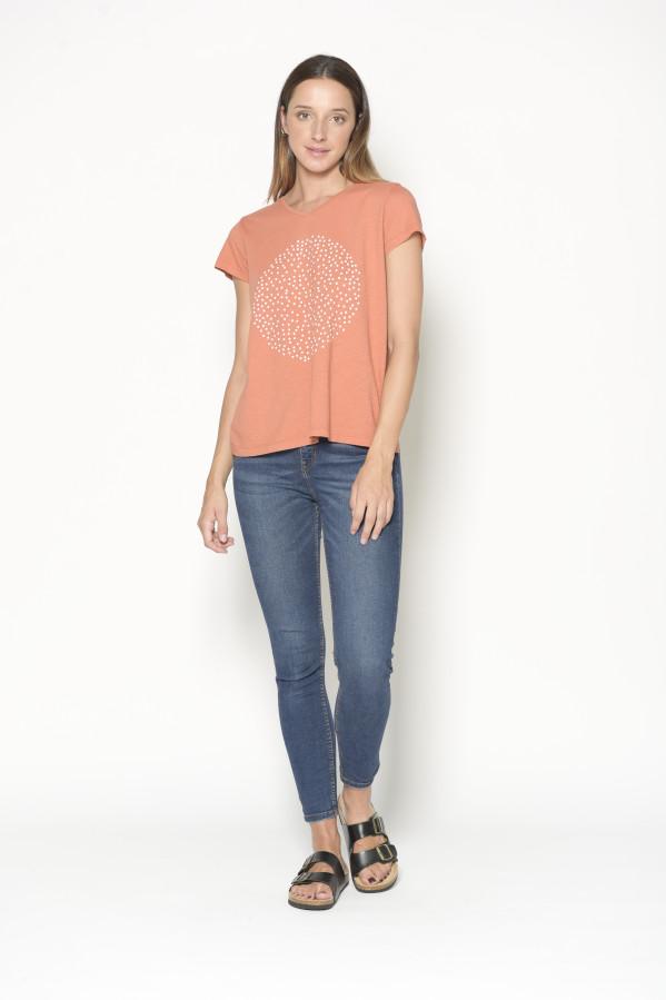 Camiseta coral, cuello pico, manga corta, y grafismo, 100%algodón