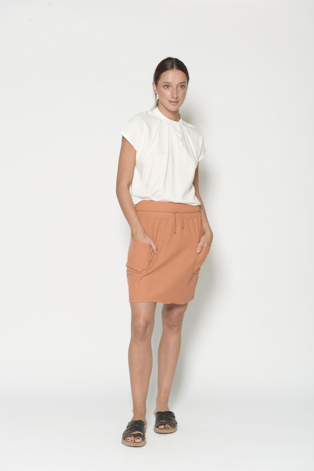 Camisa color crudo manga corta, cuello tira con botón, 85% viscosa,15% lino. Pan Productos Basico