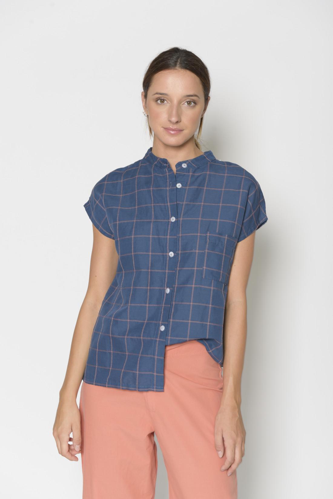 Camisa fondo azul, cuello mao, manga caída, cierre delantero con botones, 53% lino, 47% algodón