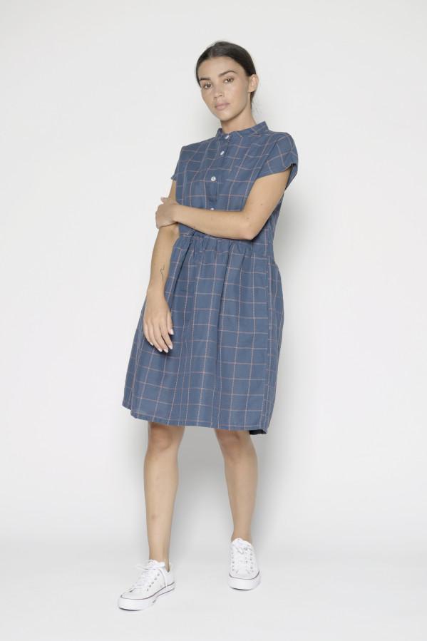 Vestido fondo azul marino con rayas rosas, cuello amo, manga corte caída, con botones, 53% lino, 47% algodón.