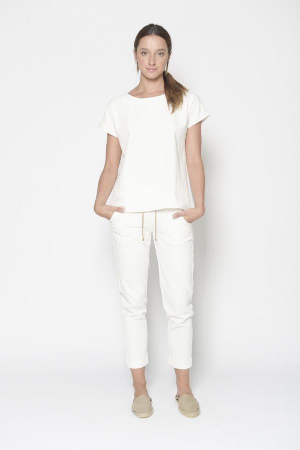 Blusa blanca, corte recto, manga corta, cuello semi barco