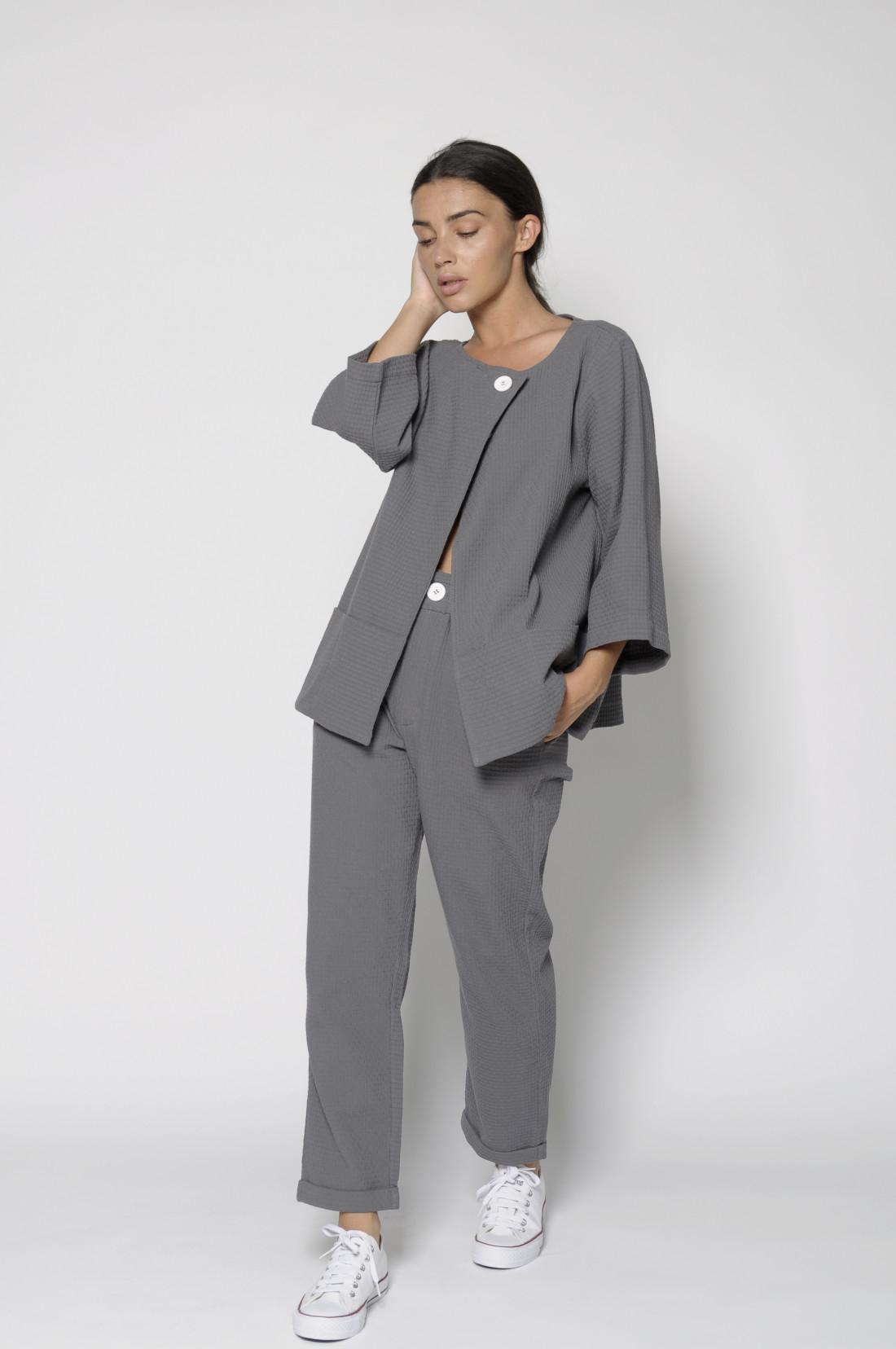 Pantalón gris de algodón 100%, PanProductoBasico, con efecto entramado y bolsillos