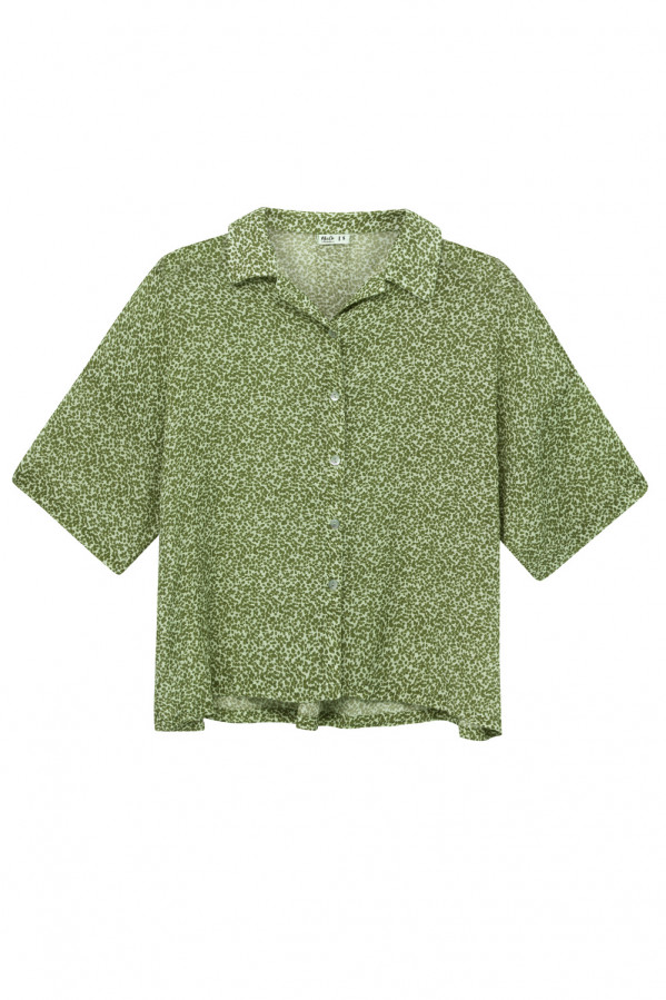 Camisa verde estampado liberty, amplia, manga corta, cierre con botones, 55% algodón, 45% viscosa.
