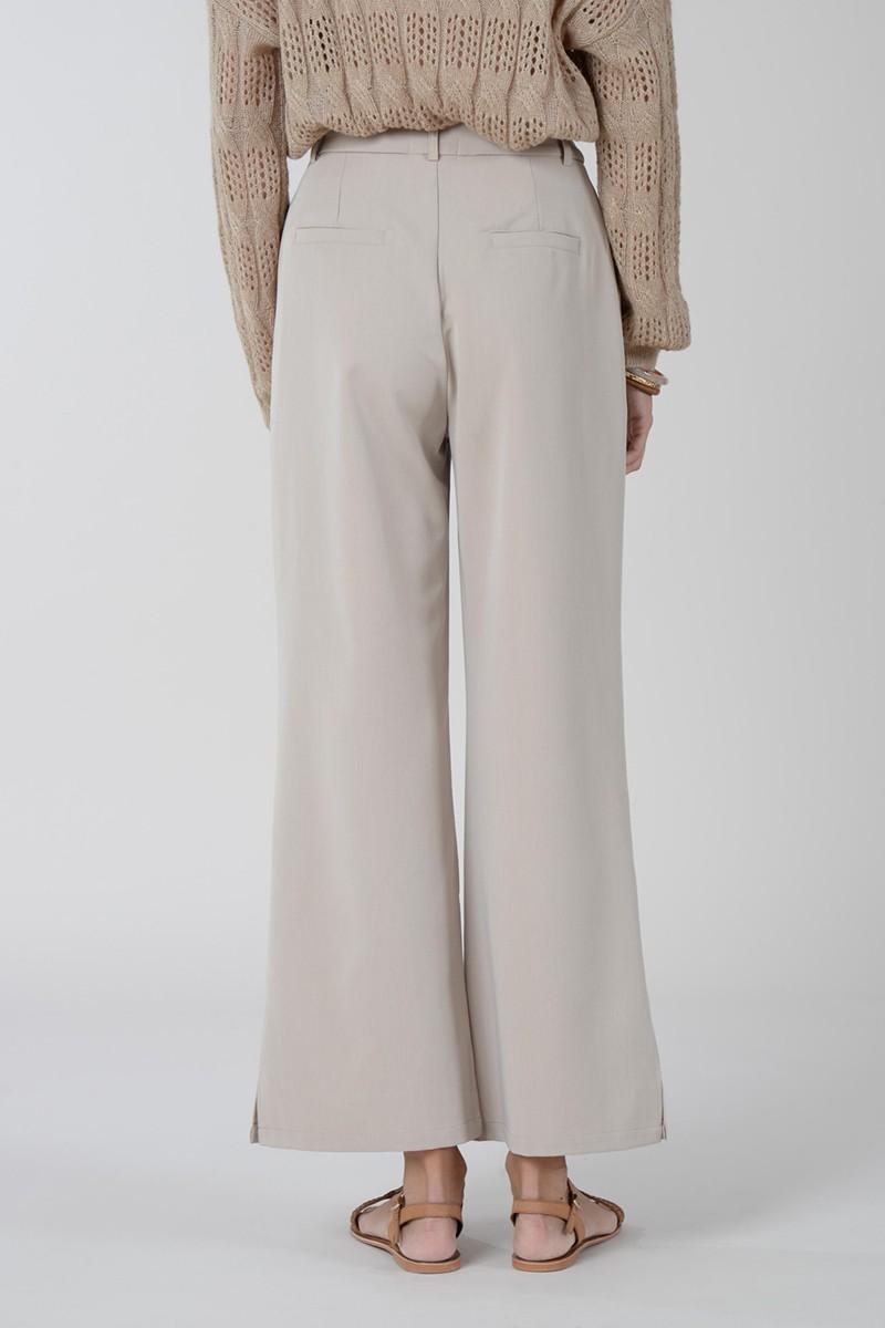 Pantalón beige recto con pinzas, 19% algodón de Molly Bracken