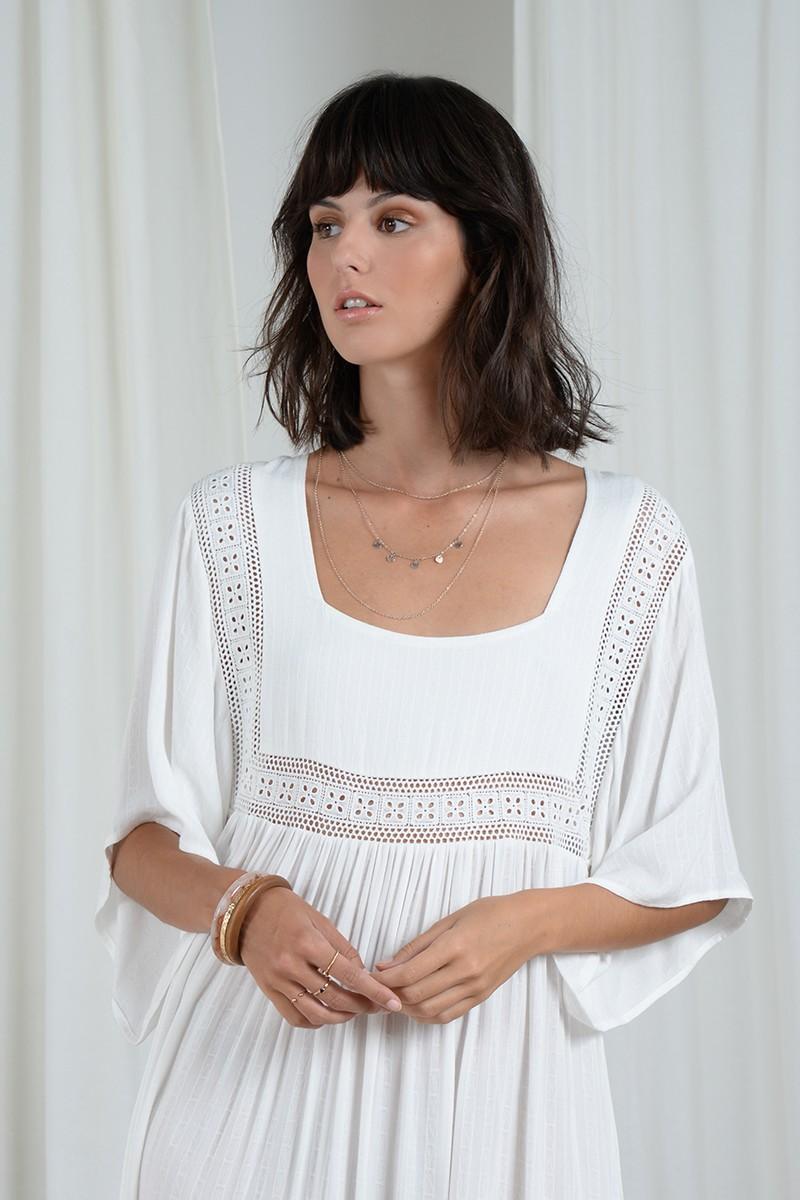 Vestido largo blanco con cuello cuadrado y manga mariposa