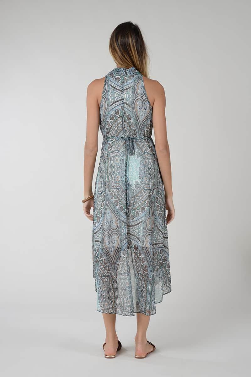 Vestido escote en V, corte alto, cierre con cremallera y corte asimétrico.