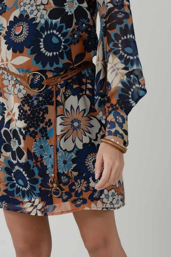 Vestido floral, manga larga con puño ancho, cuello redondo, corte ancho, elástico en la cintura con un cinturón.