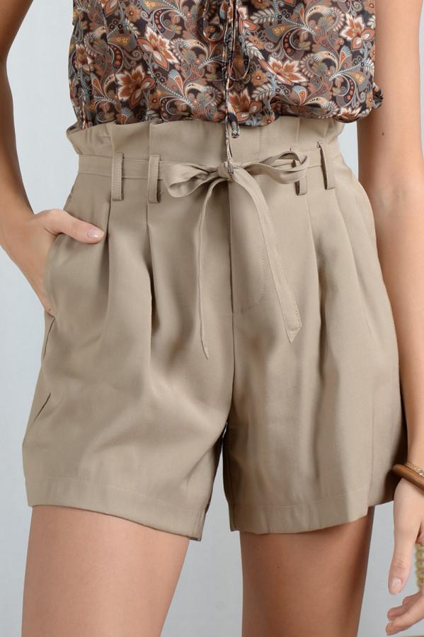 Short beige, tiro alto, cierre con cremallera, cintura con trabillas y cinturón anudable, bolsillos laterales.