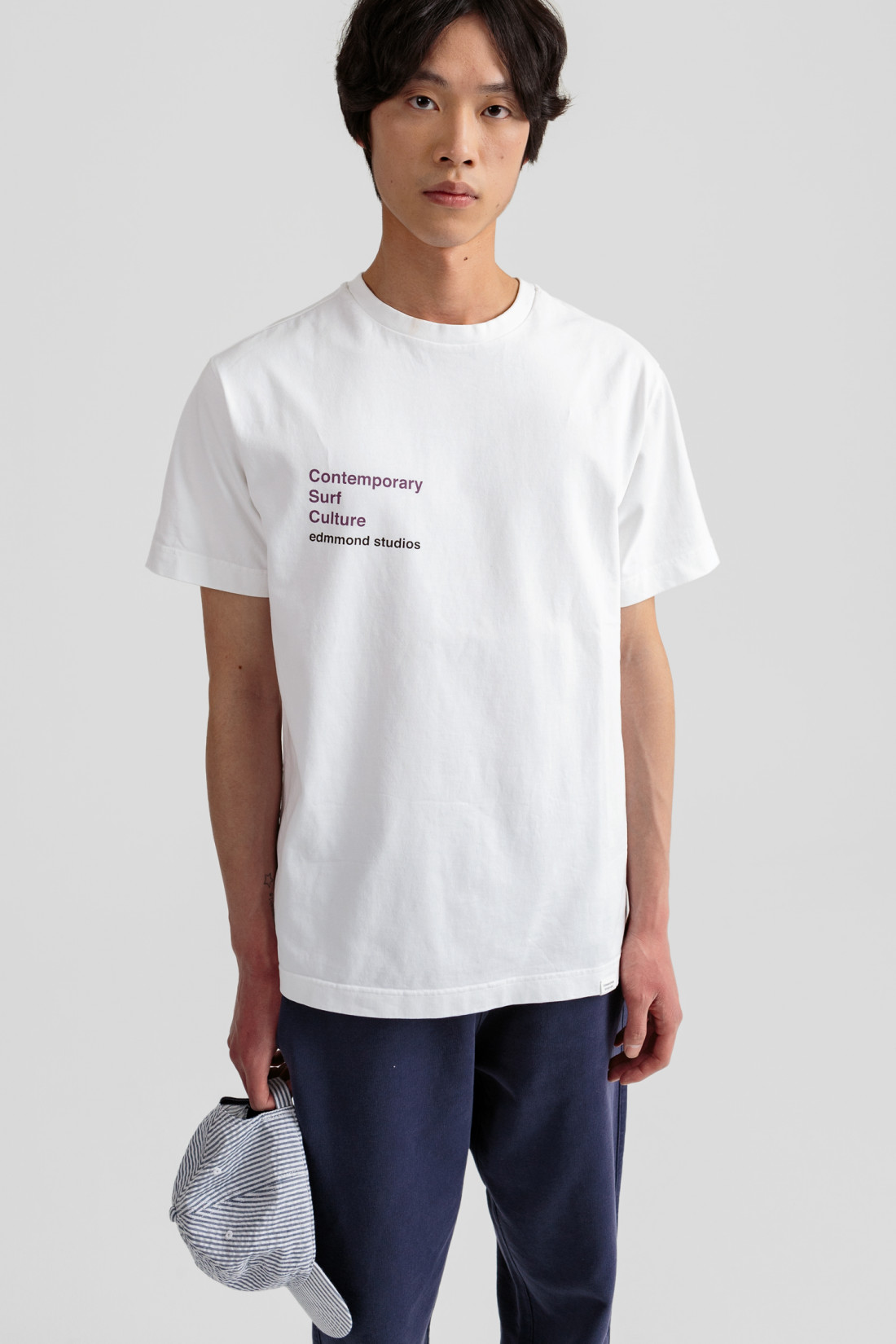 Camiseta blanca de manga corta y cuello redondo