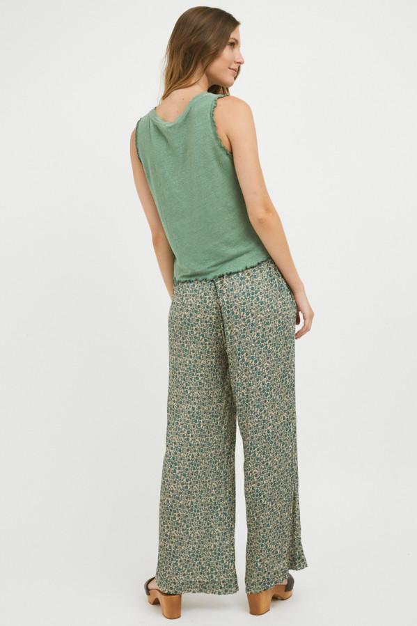 Pantalón verde estampado, corte amplio con bolsillos en los costados, Mi&Co