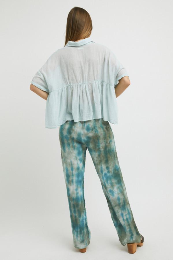 Blusa verde agua, ligera de algodón, abertura con tres botones, manga corta, corte bajo el pecho