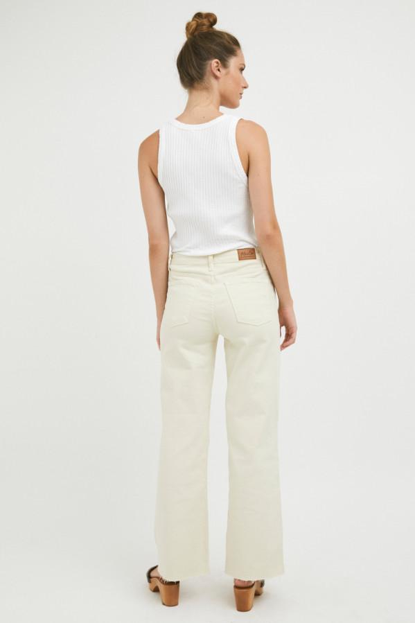 Pantalón vaquero crudo, con tiro alto, corte ancho, cinco bolsillos, cremallera, 97% orgánico,3% elastano.