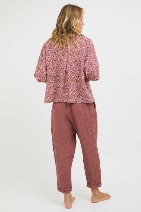 Camisa estampada coral, amplía, manga caída y pliegue en la espalda, 55% algodón, 45% viscosa.