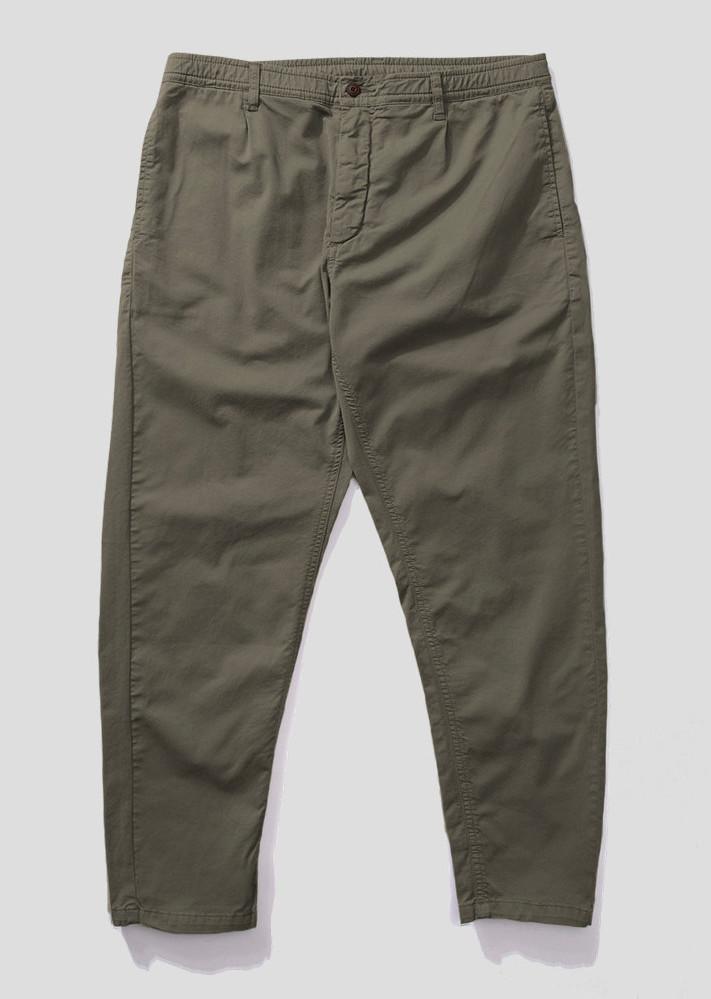 Pantalón oliva, cintura elástica, cremallera, botón y pinzas con bolsillo lateral al bies y bolsillo pala con botón en la parte posterior