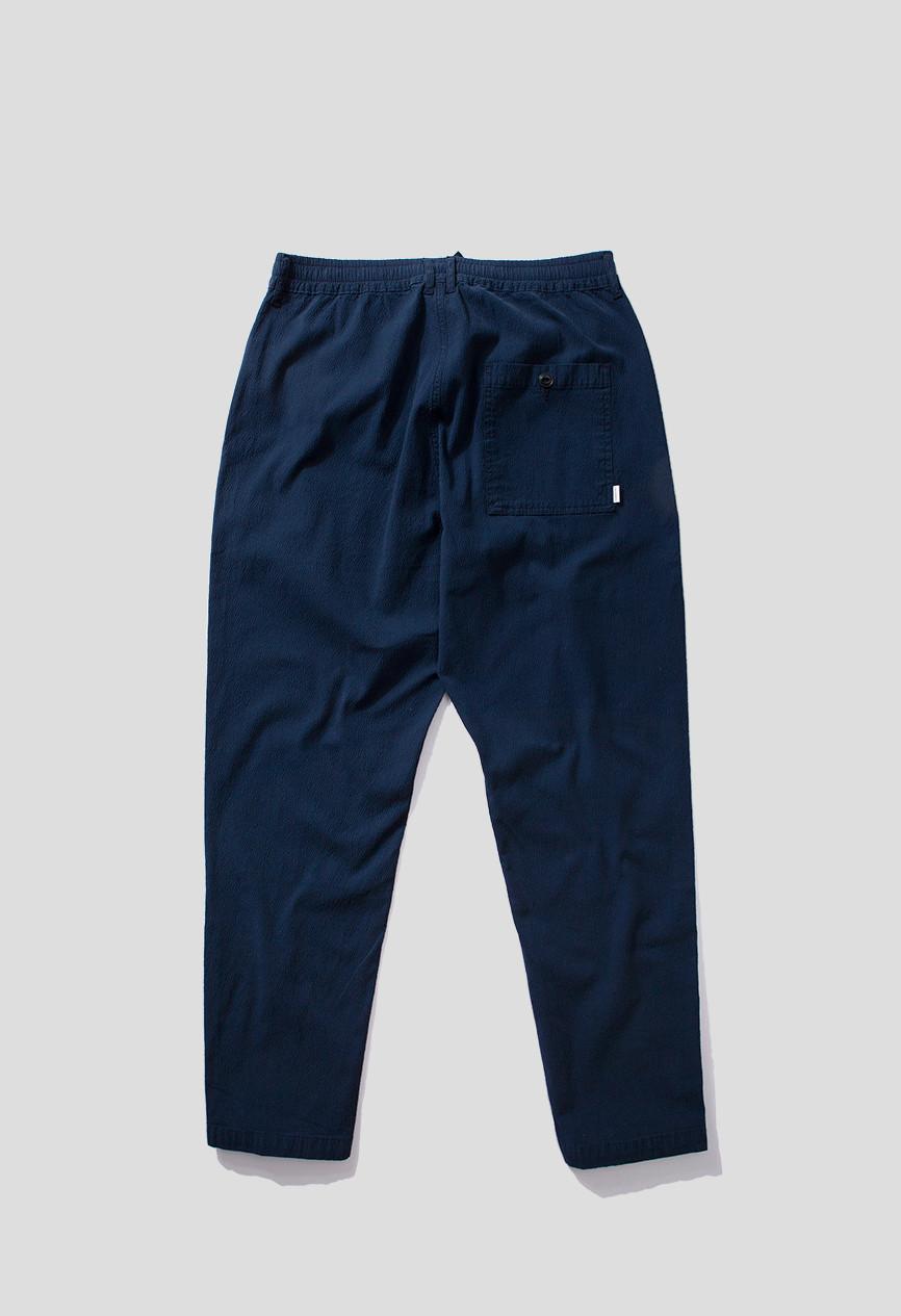 Pantalón texturizado, corte tobillero, cintura elástica,P bolsillos laterales y bolsillo parte posterior
