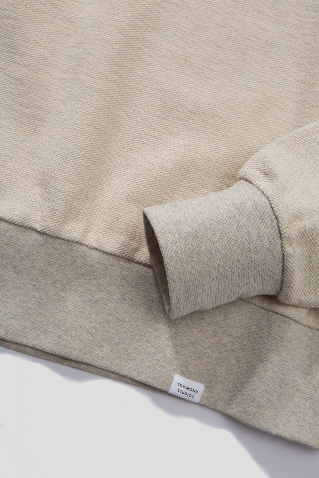 Sudadera grey, cuello redondo, manga larga, corte recto. Punto acanalado en cuello, puños y bajo