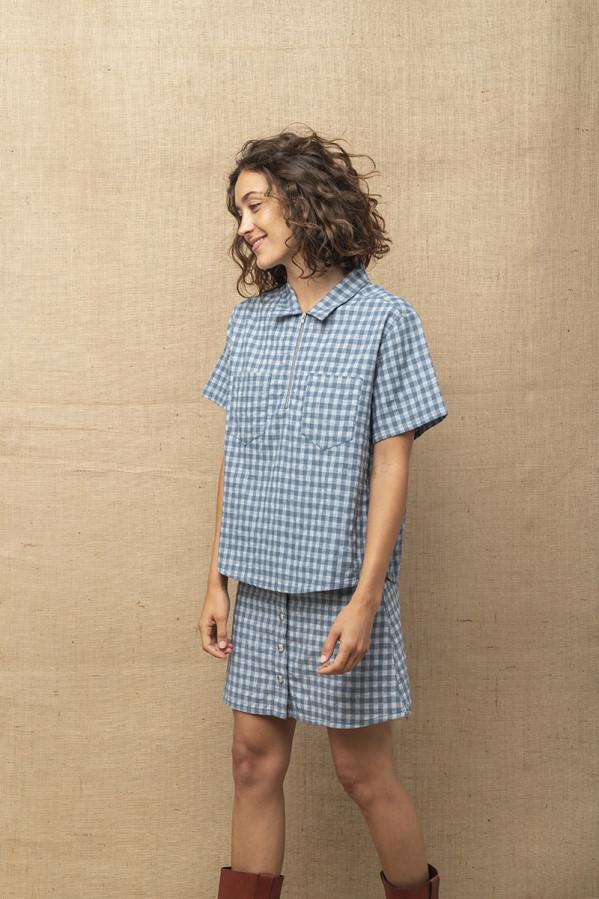 Camisa estilo polo, con estampado de cuadros, cremallera y manga corta