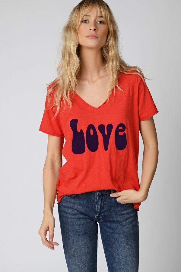 Camiseta fucsia, manga corta, cuello en V, tipografía en vinilo de terciopelo