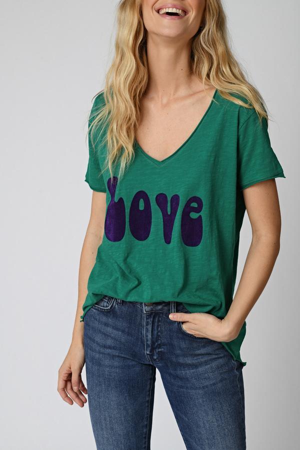 Camiseta verde, cuello en V, manga corta. Detalle tipográfico en vinilo de terciopelo morado