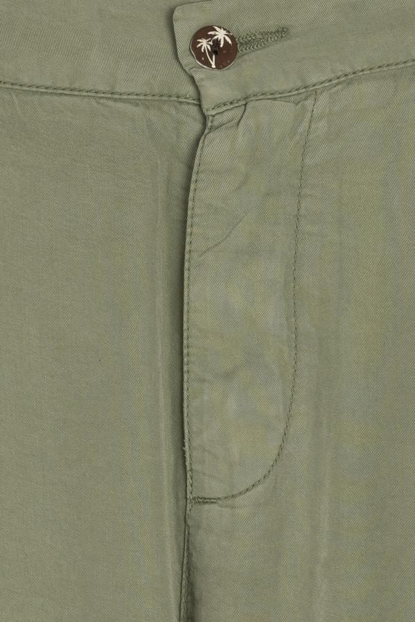 Pantalón Caddie verde tobillero, con 2 bolsillos laterales y un bolsillo ojal detrás