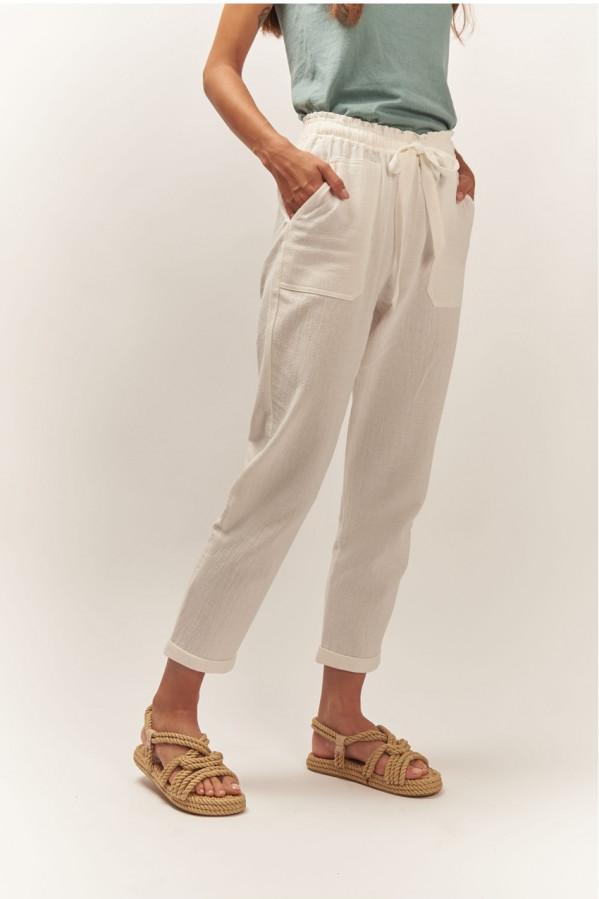 Pantalón cintura paperbag, bolsillo delantero de parche, pitillo.