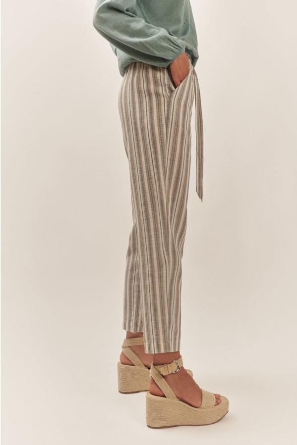 Pantalón a rayas, cintura elástica con una cinta ajustable y dos bolsillos laterales.