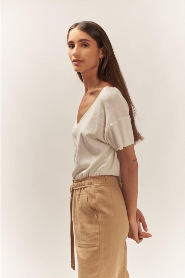 Jersey blanco, pico V, manga corta y corte amplio