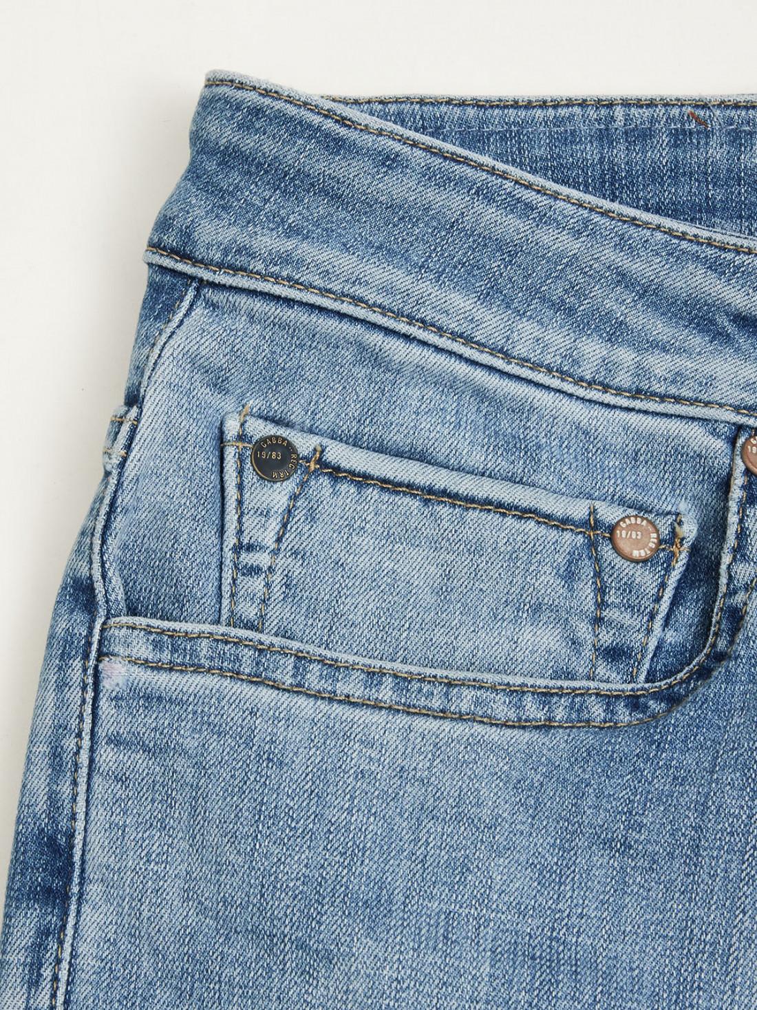 Pantalón jeans azul, lavado a la piedra, corte recto, cinco bolsillos