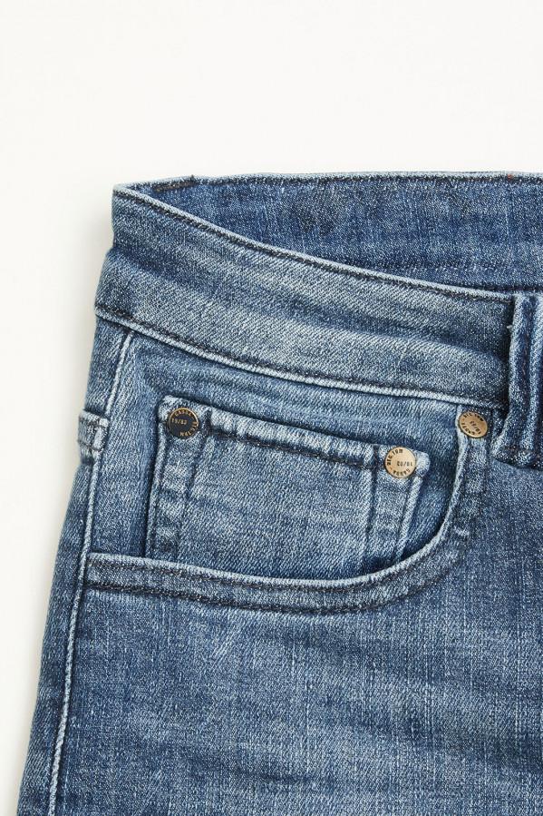 Pantalón tejano azul claro, efecto lavado a la piedra con cinco bolsillos