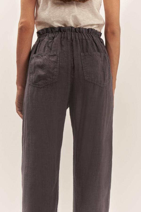 Pantalón gris antracita, cintura elástica, cierre cremallera y botón