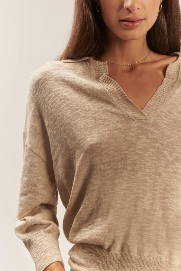Polo beige corte recto, cuello camisero en pico, manga 3/4, largo a la cintura