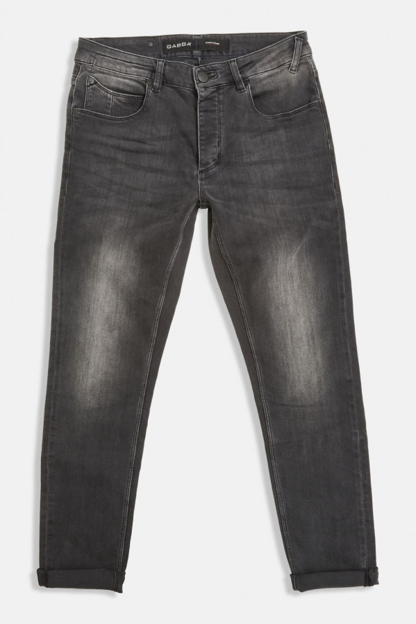 Pantalón gris, efecto lavado, corte recto con cinco bolsillos