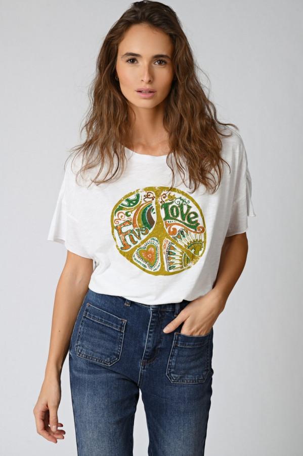 Camiseta blanca con tipográfia, manga corta y cuello a la caja