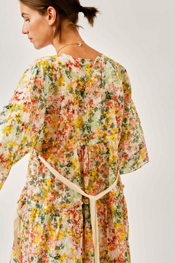 Vestido oversize estilo túnica, estampado floral en algodón. Escote en V, corte debajo del pecho y a la altura de la cadera, manga 3/4