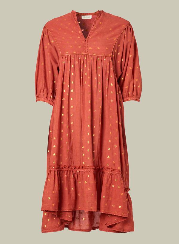 Vestido teja con motivos de corazones metálicos, corte amplio con manga francesa hasta el codo, canesú trapecio, bajo con un volante