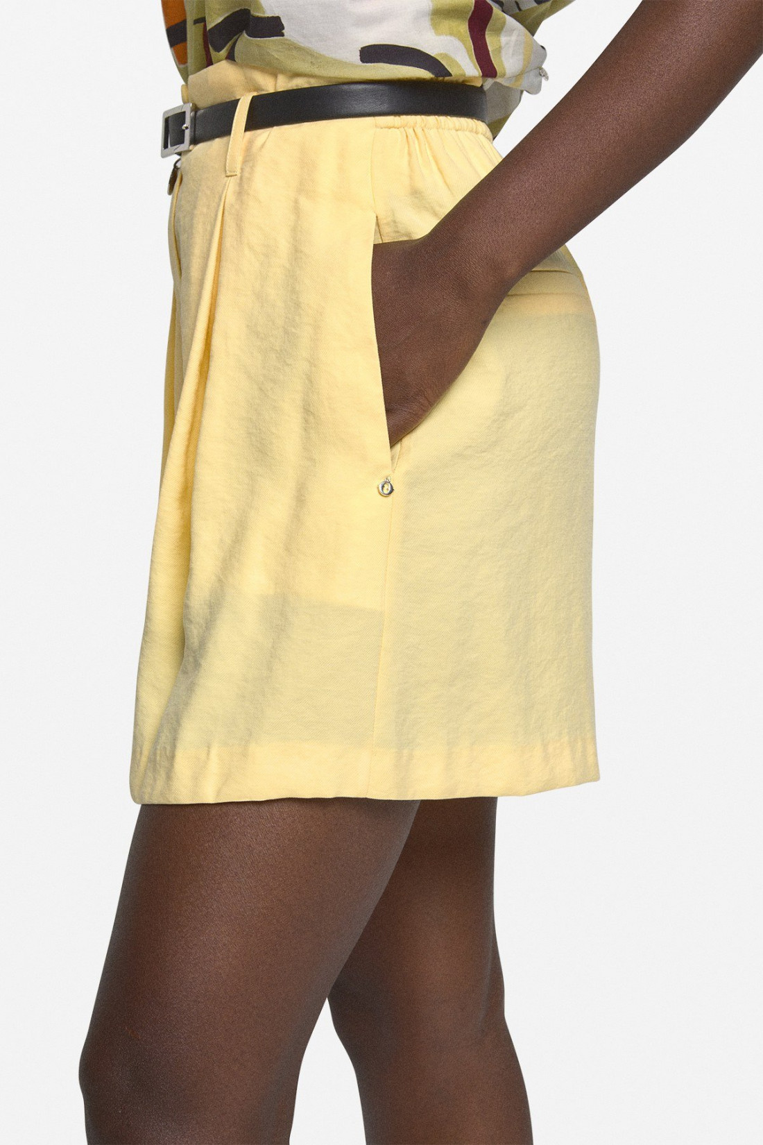 Short fluido con cremallera oculta, trabillas, con bolsillos laterales y dos en la parte posterior. Cinturón en contraste
